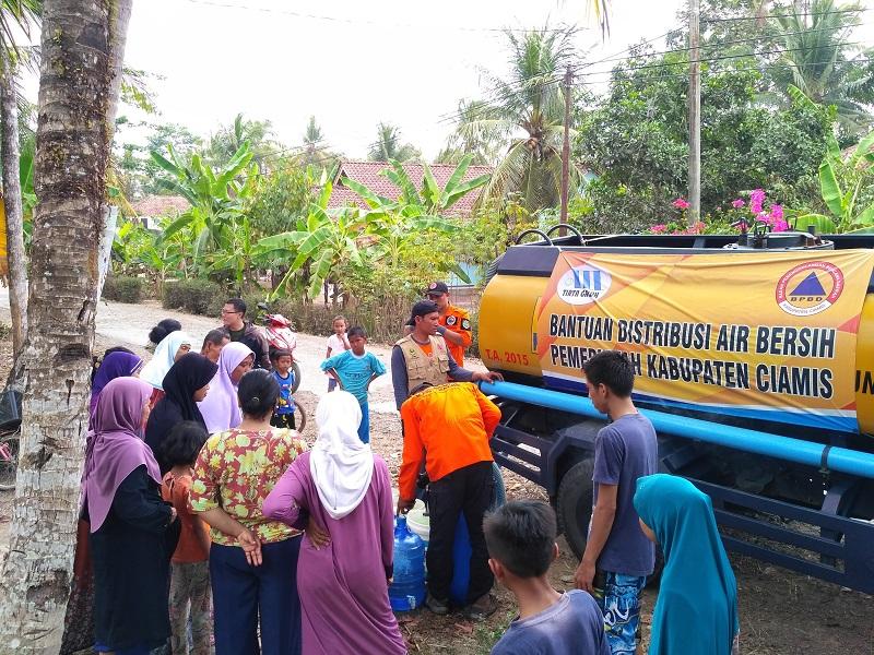 Warga Antri Bantuan Air Bersih
